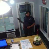 [VIDEO] Ladrón en estado de ebriedad trata de asaltar una tienda y solo hace el ridículo