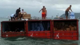 Brasil: saqueadores se apoderan de mercancía que cayó por accidente en el mar desde un buque de carga