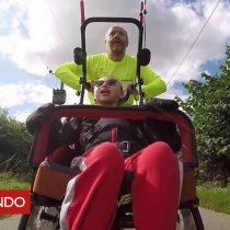 [VIDEO] La niña con discapacidad que compite en triatlones junto a su padre