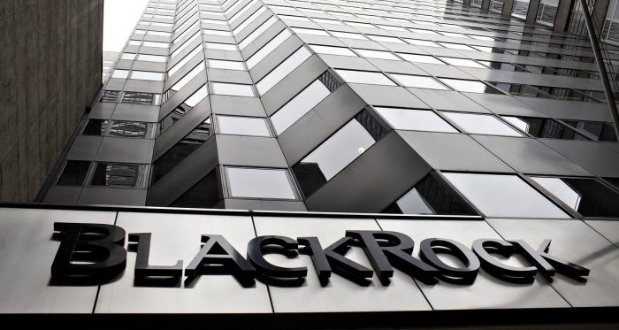 BlackRock pide a firmas justificar escasez de mujeres en directorios