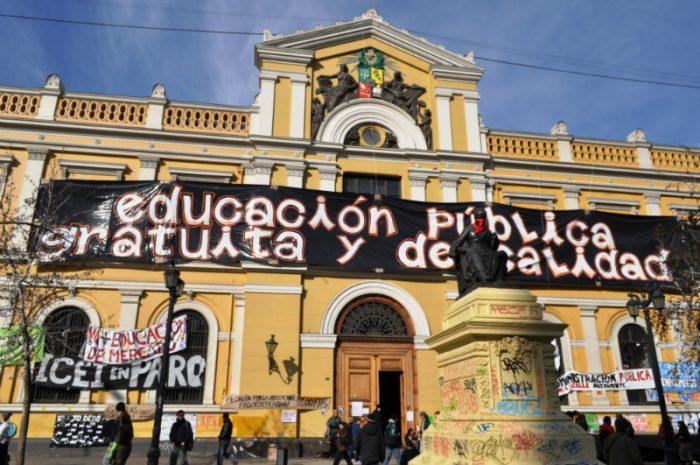 Profesores de Periodismo, Cine y TV de la U. de Chile se van a paro en rechazo al proyecto de Ues. Estatales