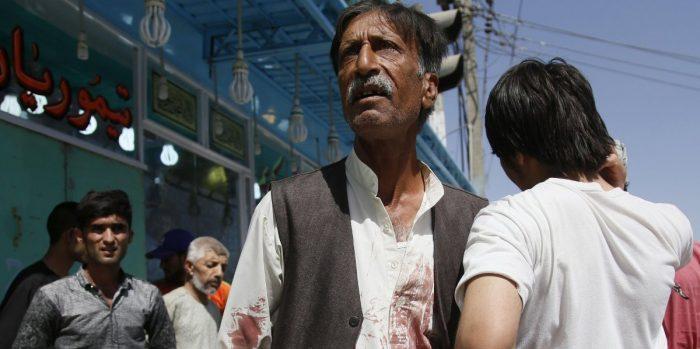 Ataque suicida a mezquita deja 28 muertos y medio centenar de heridos en Afganistán