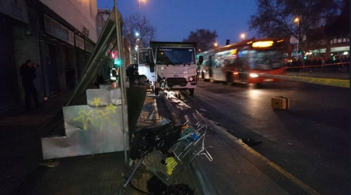 [VIDEO] Persecución policial de camión robado termina con atropello múltiple en la Alameda