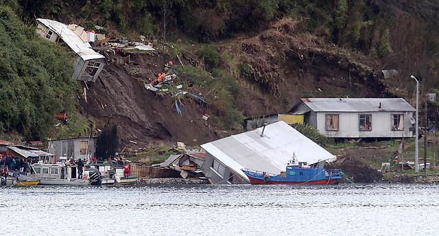 Desplazamiento de tierras provoca derrumbe de casas en Isla Tenglo