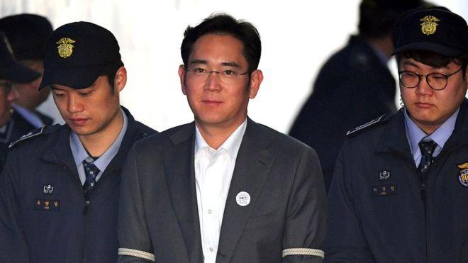 El multimillonario heredero de Samsung es condenado a cinco años de cárcel por corrupción