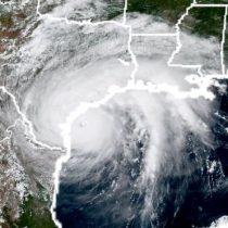 El coloso huracán Harvey es degradado a categoría 1 tras tocar tierra en Texas pero sigue amenazante