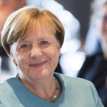 Merkel enfrenta los comicios generales como un partido de fútbol decisivo