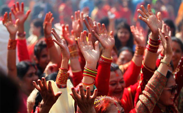 Mujeres hindúes celebran el festival de la felicidad matrimonial