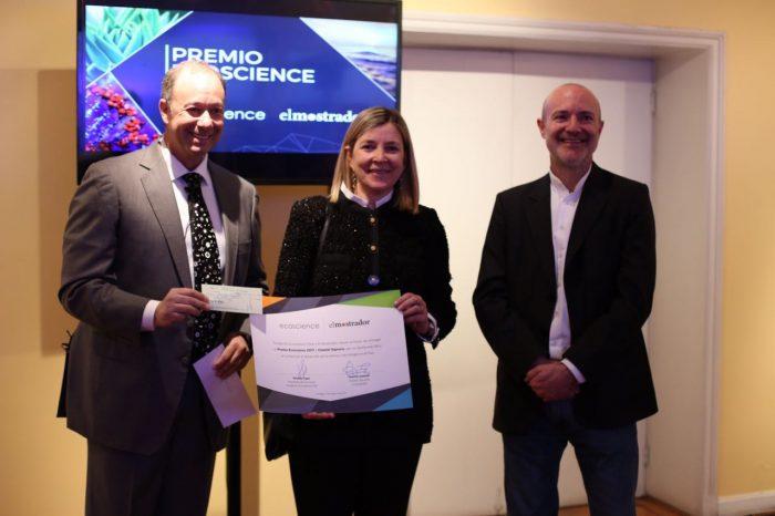 Chantal Signorio recibe premio Ecoscience por su contribución en acercar la ciencia a la comunidad