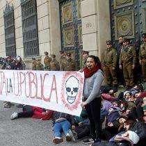 [FOTOS] Estudiantes realizan pacífica protesta en el frontis del Ministerio de Hacienda