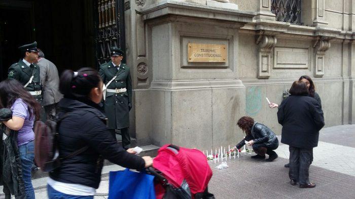 [FOTOS] Fanáticos religiosos siguen encendiendo velas frente al TC tras dar luz verde al aborto en tres causales