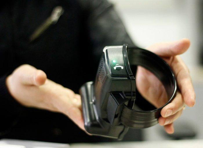 La tobillera electrónica: una medida tecnológica que cayó presa de los errores en la licitación