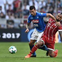 [VIDEO] La desafortunada participación de Arturo Vidal en el primer gol del Nápoles que superó a un Bayern repleto de suplentes