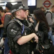 Detienen a un sospechoso en conexión con el ataque en el metro de Londres mientras el gobierno británico aumenta la alerta terrorista a
