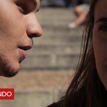 [VIDEO] La obra en que jóvenes susurran poemas a transeúntes ideada por el dramaturgo uruguayo Sergio Blanco