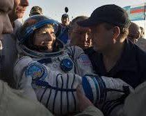 Mujer astronauta vuelve a la Tierra tras 288 días en el espacio y bate récord
