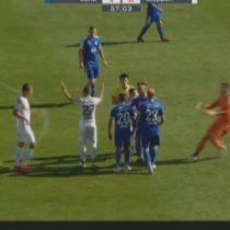 [VIDEO] Futbolista se lleva el