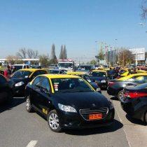 [VIDEO] Taxistas bloquean entrada al aeropuerto de Santiago en nueva protesta contra Uber y Cabify