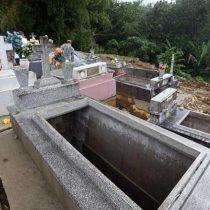 Huracán María deja a la vista cientos de restos en cementerio de Puerto Rico