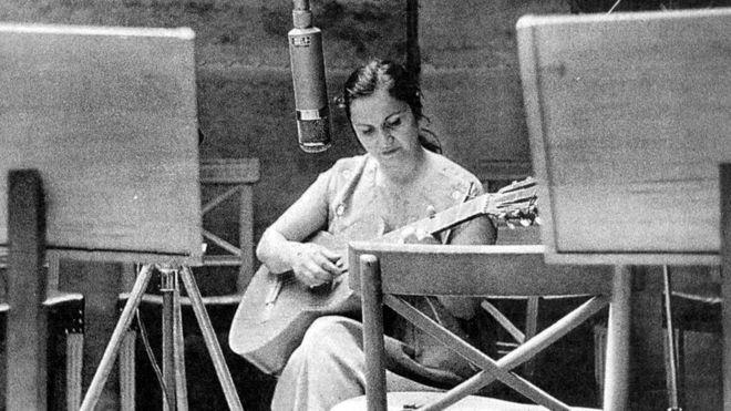 3 canciones de Violeta Parra que muestran por qué es tan trascendental para la música de América Latina, según su nieta Javiera