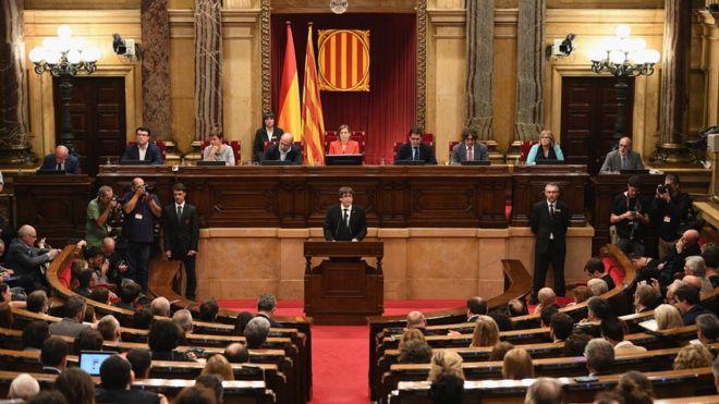 El parlamento de Cataluña aprueba iniciar el proceso para la independencia de España