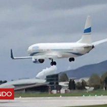 [VIDEO] El tenso momento en que un avión está a punto de aterrizar pero vuelve a despegar