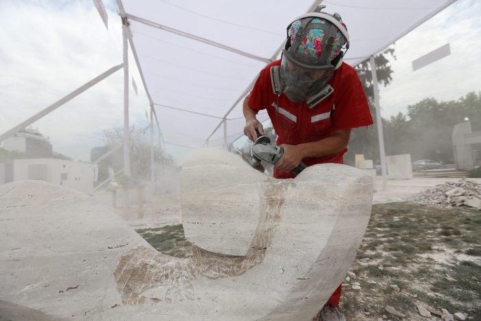 Escultores nacionales e internacionales se reúnen en Santiago para esculpir en vivo