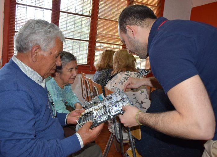 Vecinos de Quinta Normal aprenden cómo valorizar y reciclar sus residuos electrónicos junto a Fundación Chilenter