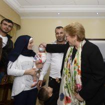 Bachelet da la bienvenida a familias sirias que recibirán refugio en Chile
