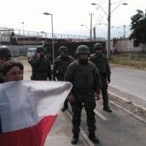 Vecinos de La Legua se enfrentan con FF.EE. de Carabineros por demolición de muros