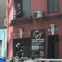 [VIDEO] Incendio obliga a evacuar a clientes de un motel en pleno centro de Santiago