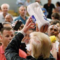 [VIDEO] Donald Trump es criticado por lanzar rollos de papel a damnificados del huracán María en Puerto Rico