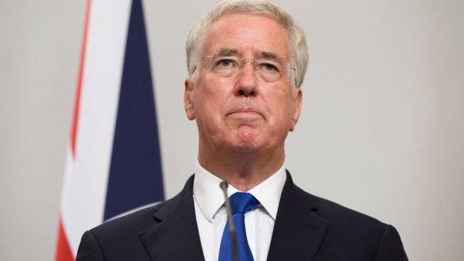 Ministro de Defensa británico renuncia por escándalo por acusaciones de acoso sexual