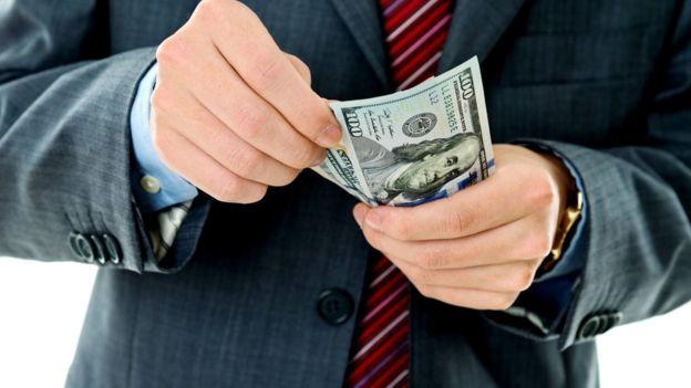Foro Económico Mundial: Millonarios difunden carta que exige aumento de impuestos a los más ricos para