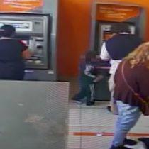 [VIDEO] Pequeño de cuatro años es sorprendido robando dinero de un cajero automático