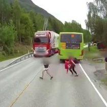 [VIDEO] La milagrosa escapada de un niño de ser atropellado por un camión