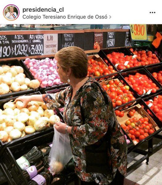 Critican a Bachelet en redes sociales por salir de compras y no acudir a Chaitén
