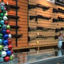 ¿Quién regala armas en Navidad y por qué sus ventas se disparan en EE.UU. para estas fechas?