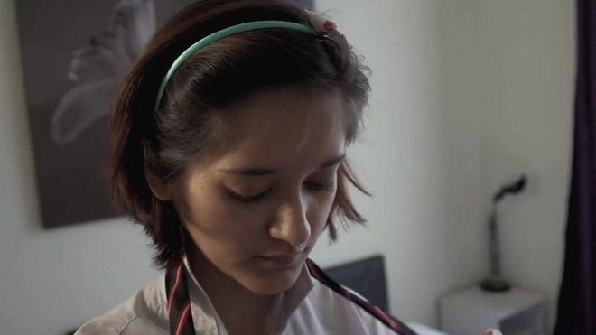"""""""Es aterrador"""": La mujer que se disfrazó de una niña de 14 años para revelar cómo actúan los pedófilos en internet"""
