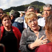 Vecinos de Villa Santa Lucía increpan a Bachelet por no haber viajado de forma inmediata a la zona afectada por el alud