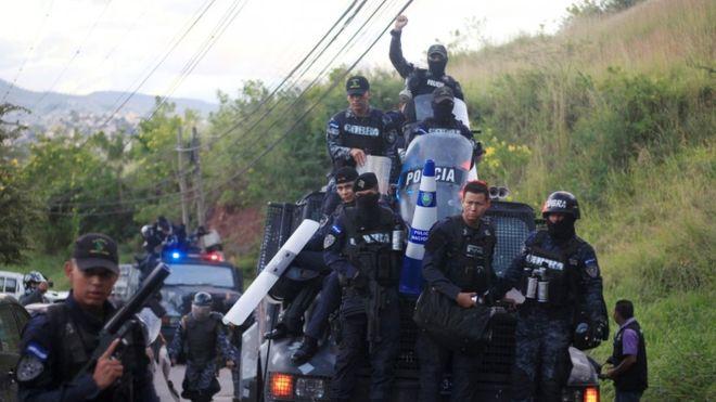 Policías en Honduras se niegan a reprimir las protestas que desafían el toque de queda