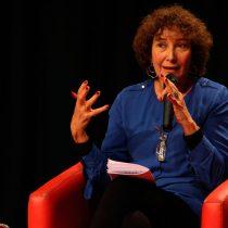 Patricia Politzer recibe premio Lenka Franulic por aporte al periodismo
