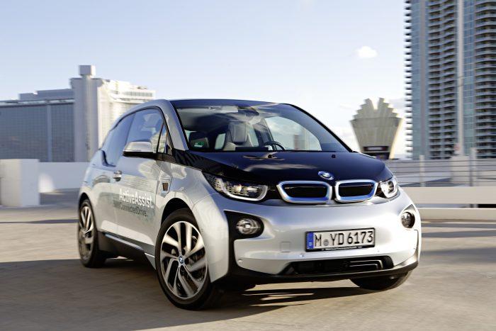 Sigue el boom de electromovilidad: BMW y Enel firmaron acuerdo para instalar 9 electrolineras en Santiago