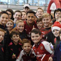 [VIDEO] Alexis Sánchez sorprende a pequeños hinchas del Arsenal en celebración navideña