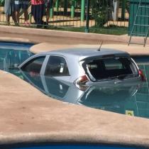 [VIDEO] Joven chófer se equivoca y termina con su auto sumergido en una piscina