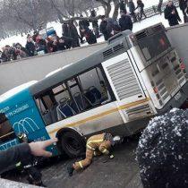 [VIDEO] Al menos 4 transeúntes mueren arrollados por autobús en una acera en Moscú