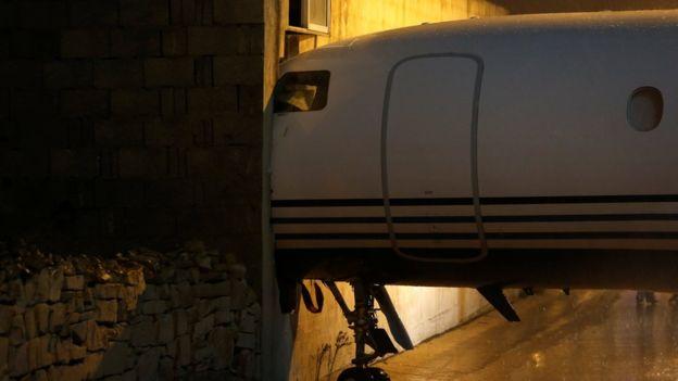 La llamativa imagen del avión que se estrelló contra un muro por culpa de los fuertes vientos
