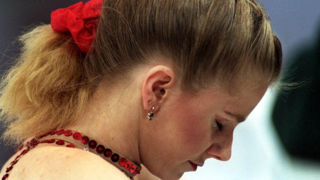 """La historia de Tonya Harding, la villana del patinaje sobre hielo en Estados Unidos que """"encargó"""" que le partieran una pierna a su rival Nancy Kerrigan"""