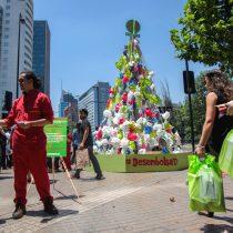 Greenpeace envía mensaje al retail con árbol de navidad de bolsas plásticas frente al Costanera Center