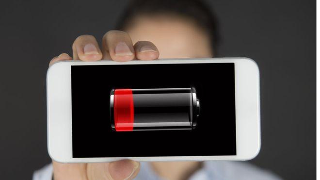Mala cobertura, cargas repetidas y otras 5 razones que dañan la batería de tu celular y cómo repararla